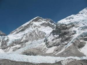 Första glimten av Mount Everest på ett par dagar. Toppen som sticker upp i mitten av bilden.