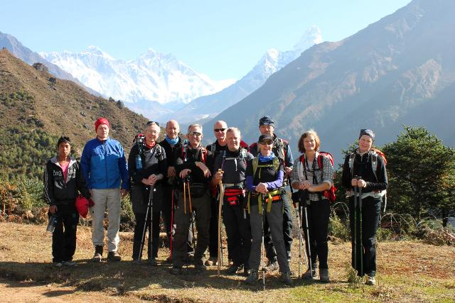 Hela gruppen framför Everest!