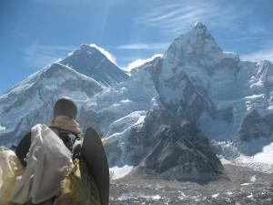 """Den Svenska ängeln """"Hope"""" från United Hope Project blickar ut mot """"Mother Goddess of the World"""" (Everest)"""