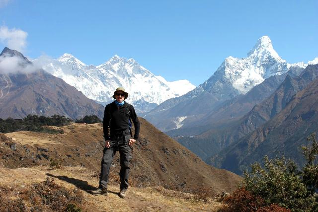 Christer i sin tuffa hatt! Bakom honom, Everest, Nuptse och Ama Dablam