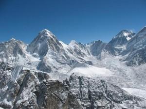 Pumori och en glimt av Everest från Lobuches toppkam