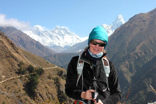 Carina poserar med Everest, Lhotse och Ama Dablam i bakgrunden.