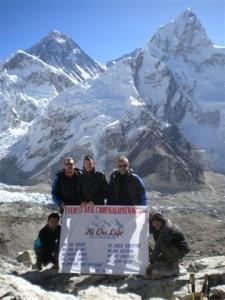 Delar av teamet pa Kala Pathar. Foto: Dan Ekstrom