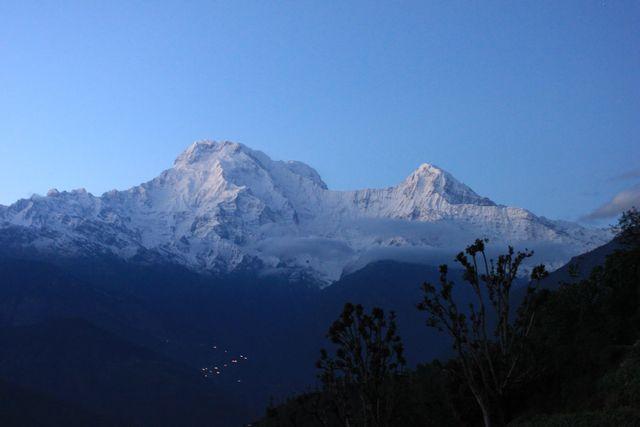 Blå berg i Himalaya