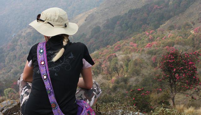 Hi On Life's guide blickar ut över landskapet