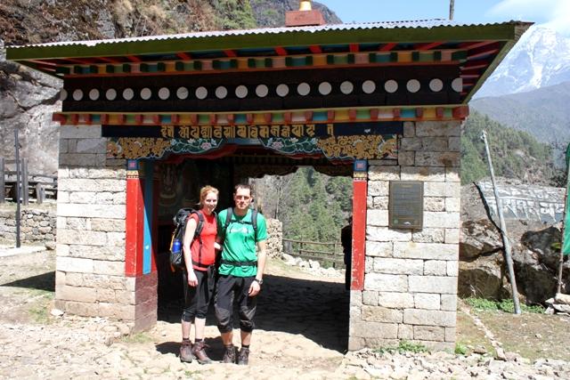 Anna & Marten framfor porten till Sagarmatha Nationalpark