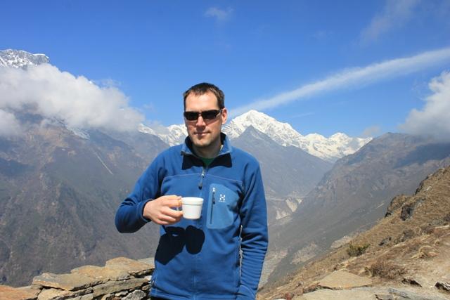 En kopp med hett citronte gor gott hogt uppe i Himalaya