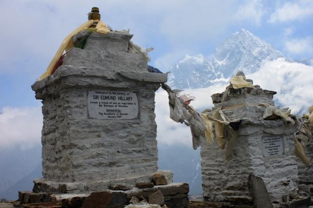 Familjen Hillary's minnesstenar hogt ovanfor byn Khunde