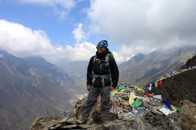 Bikram njuter av vyerna. Bakom honom, dalen som leder till Tibet.