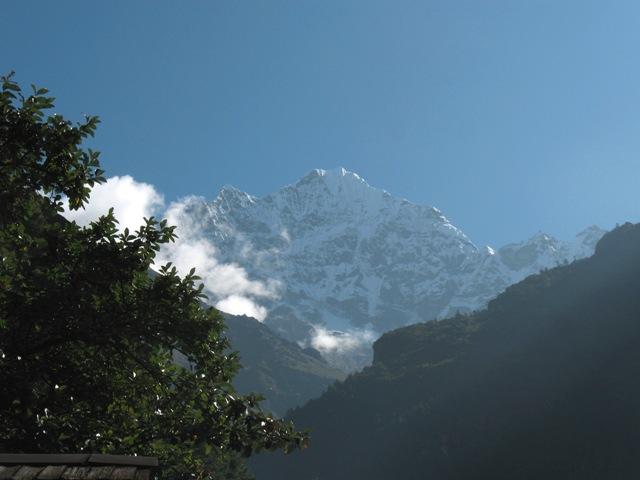 Fantastiska vyer över Thamserku från vår lodge i Benkar