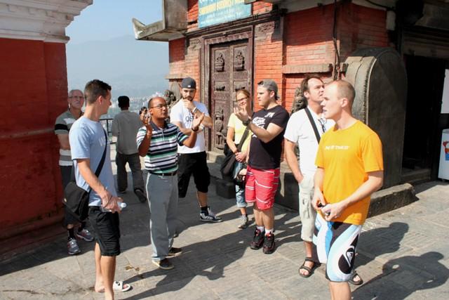 Vår guide berättar om den 2000 år gamla Stupan vid Monkey Temple