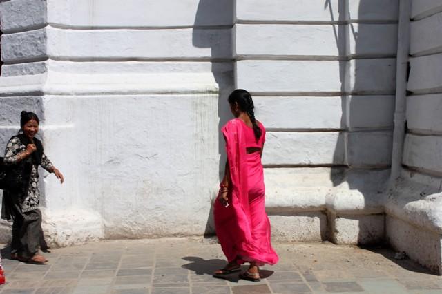 Kvinna framför Palace på Kathmandu Durbar Square