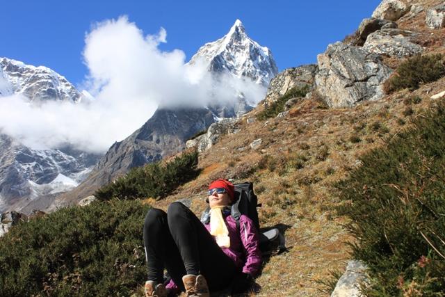Ina njuter i Himalaya.  Svarklattrade Cholatse strax bakom