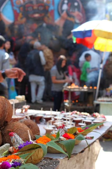 Överallt offrar och ber Hinduerna till sina gudar under den pågående festivalen Dashai.