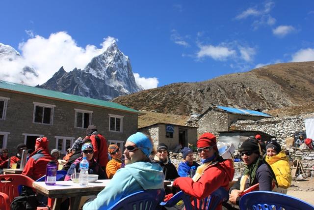 Hela gruppen ater lunch i Thukla pa vagen upp till Lobuche