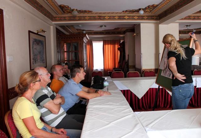 Hi On Life's Christina berättar för deltagarna om den kommande expeditionen.