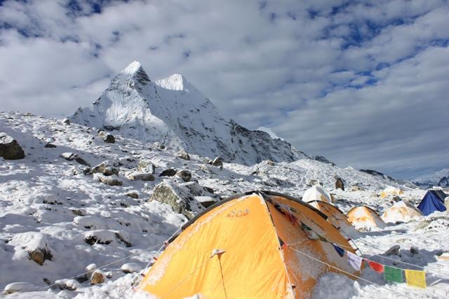 Khali Himal stoltserar bakom vara talt