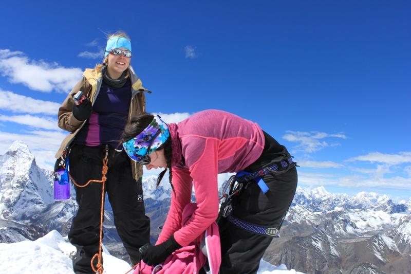 Tuffa tjejer pa toppen av Island Peak