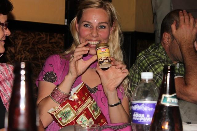 Hi On Life's guide Christina får efterlängtade svenska kryddor - vaniljsocker, glöggkryddor samt pepparkakor!  Nu kan det bli svensk jul även i Kathmandu i år :)