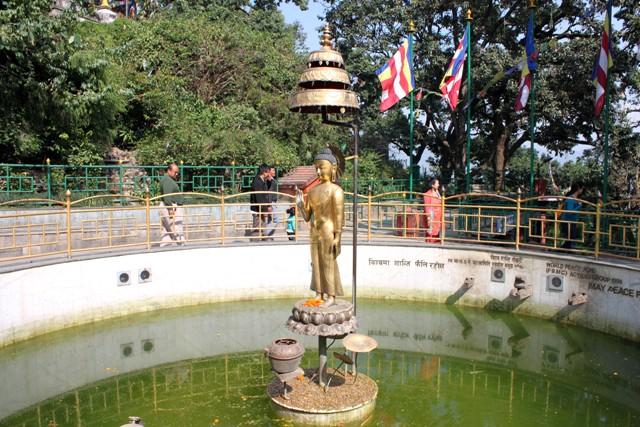 """En liten önskebrunn.  träffar man skålen med sitt mynt så kanske """"Lord Buddha""""  hör din bön??"""