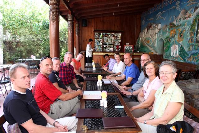 Lunch på Hotel Tibet. Från vänster: Joakim, Staffan, Mats, Åke, Carina, Saran, Stella, Christer Curt, Ewa & Anita.