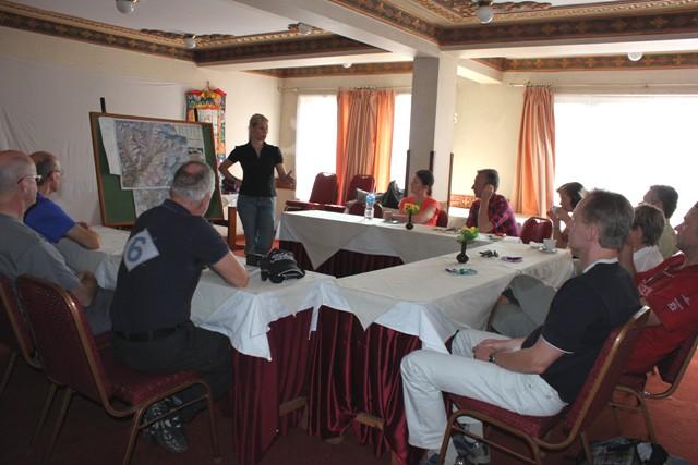 Hi On Life's Christina håller i informationsmötet inför avresan upp till Lukla