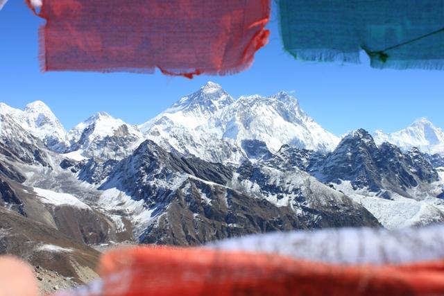 Everest, Nuptse och Lhotse tittar fram bakom boneflaggorna vid Renjo La