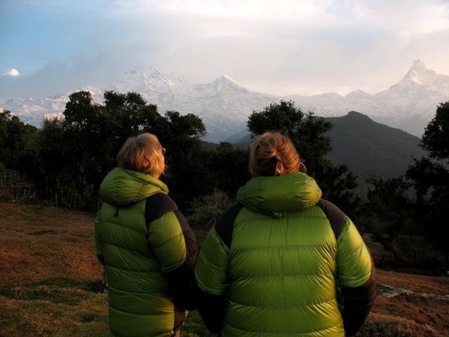 Ulla & Malin njuter av de första strålarna över Himalayas toppar