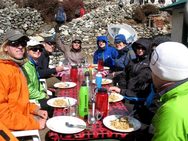 Lunch i Pangboche - soligt men lite kyligt - precis som det ska vara på nästan 4000 meters höjd!