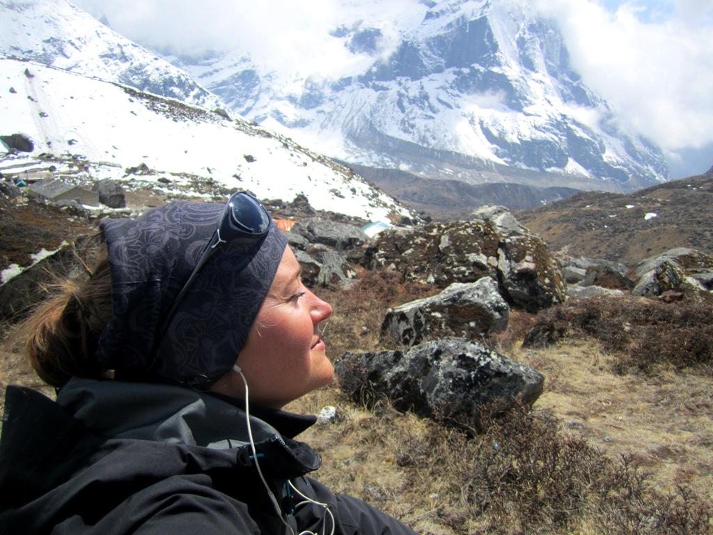 Susanna njuter av solen i Himalaya,