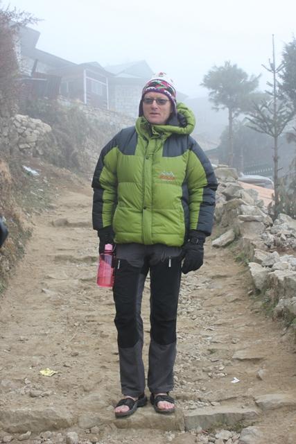 Stefan har redan anpassat sig till Sherpastilen - Dunjacka & sandaler utan strumpor :)