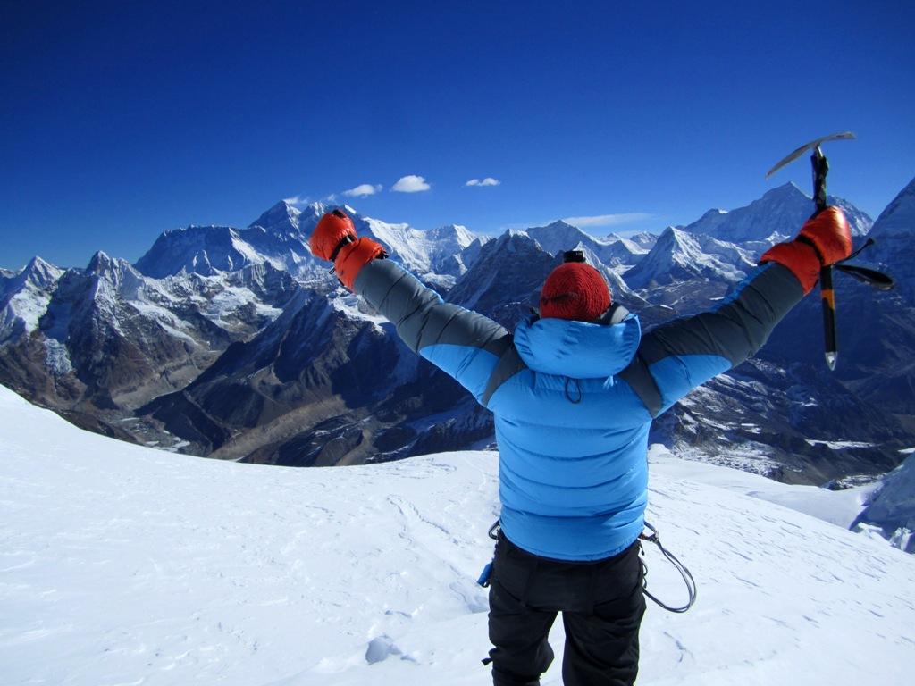 Susanna omfamnar Himalaya. Mount Everest till vänster om hennes vänstra hand.