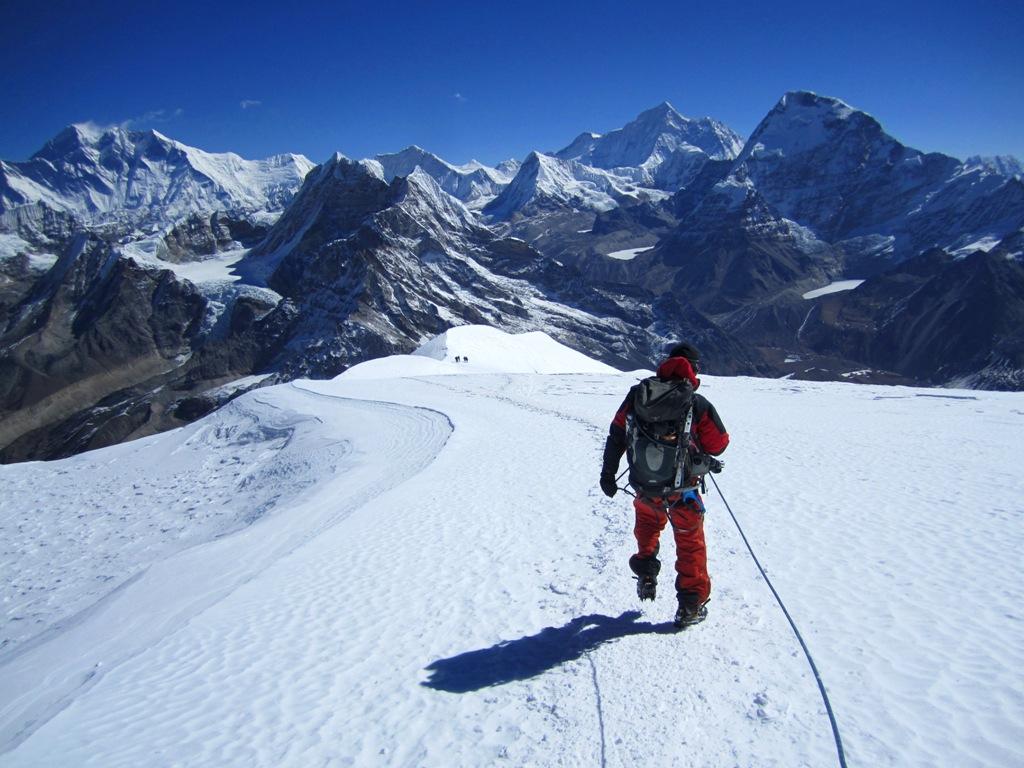 Dorje leder dem ner från Mera Peak