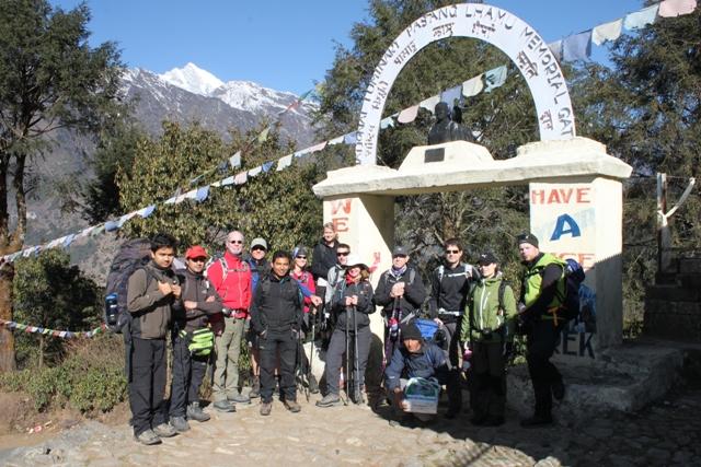 Hela gruppen i Lukla, 2900 meter