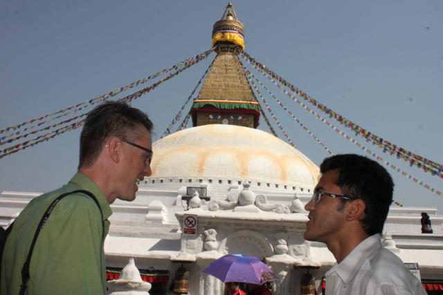 Michael och var guide Benoi vid Bodanath Stupa