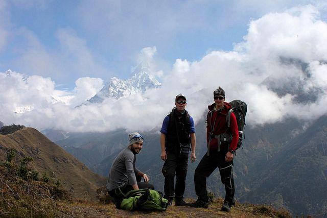 Från denna plats ser man Everest, Lhotse, Nuptse och Ama Dablam bra vid klart väder.  Nu kunde man skymta delar av topparna.