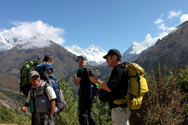 Niklas och vår sherpa Harri tar en vattenpaus på väg mot Tengboche