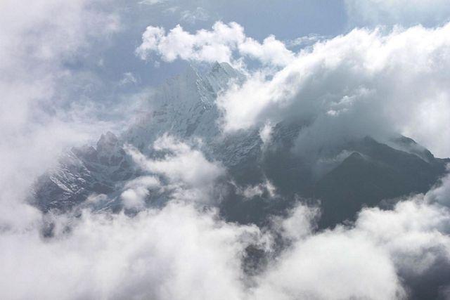 Thamserku bakom molnen