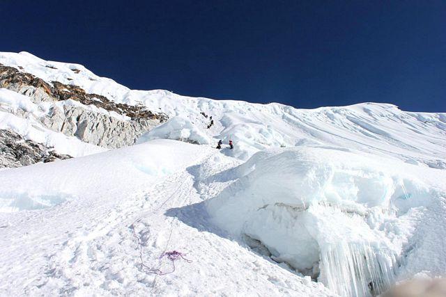 Klättringen upp mot toppen av Island Peak har börjat!  Här på glaciären!