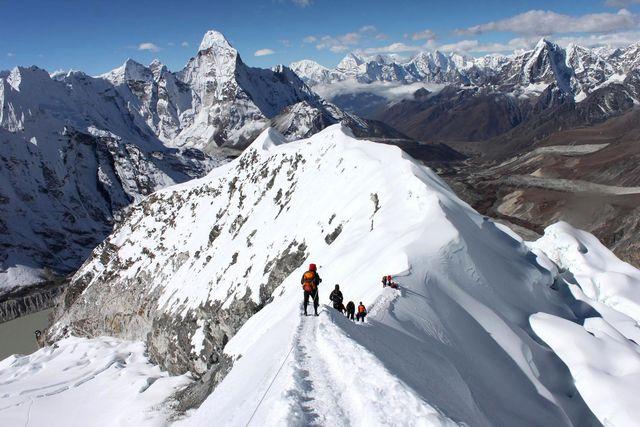 Den vackra toppkammen av Island Peak