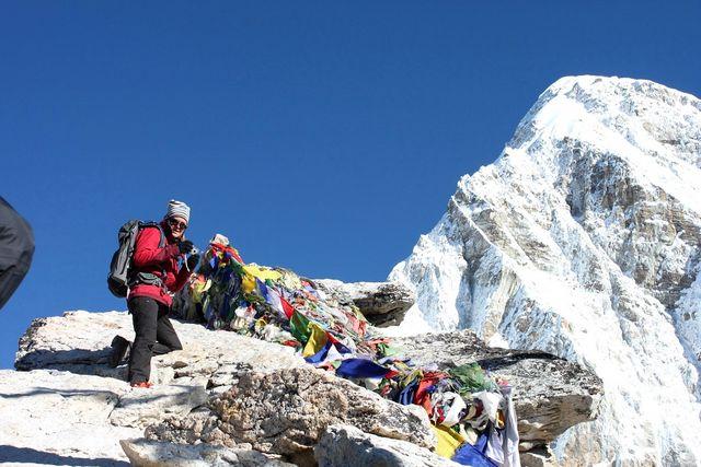 Kia vid böneflaggorna på toppen av Kala Pathar