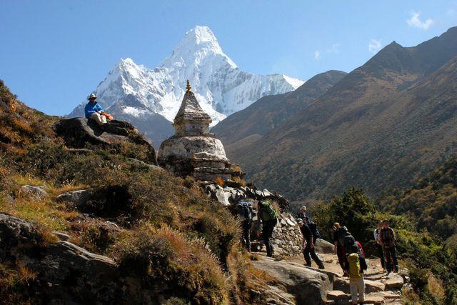 Liten stupa längs med stigen