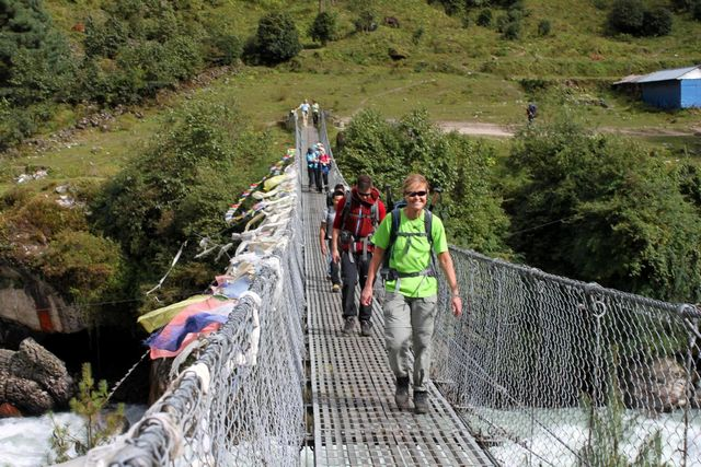 Kia och Fredrik kommer med säkra steg över hängbron