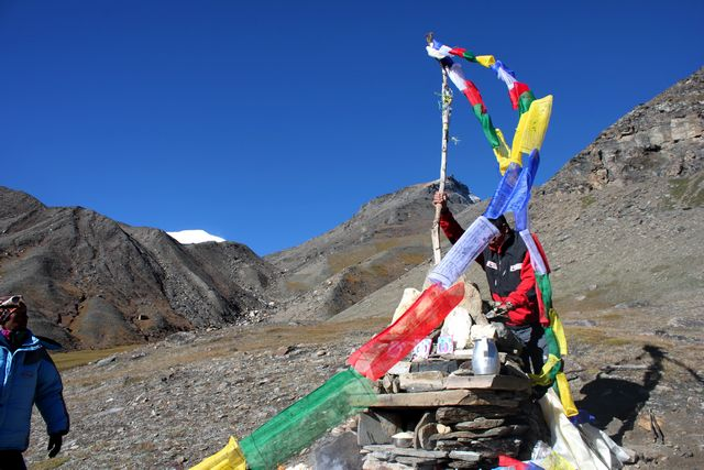 """För våra sherpor var det viktigt att sätta upp de färgglada böneflaggorna för """"tur på berget"""""""