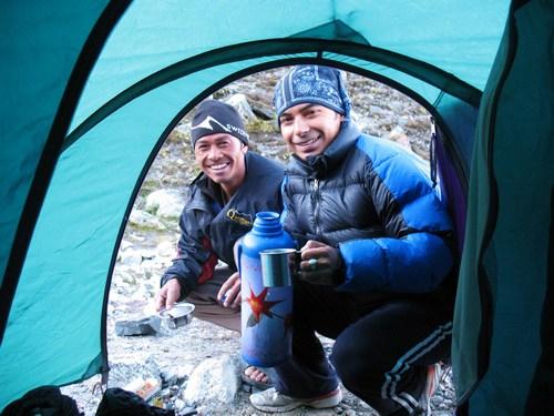 Vår guide Saran och vår Sherpa Om hälsar god morgon med hett te i BC