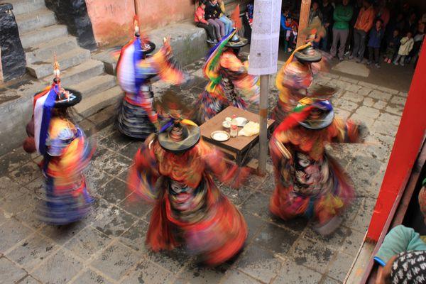 Buddhistiska munkar dansar - Dumji Festival