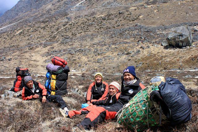 Våra killar vilar ut på vägen mot Khare