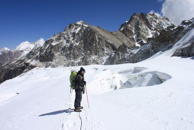 Stora sprickor i den vackra glaciären