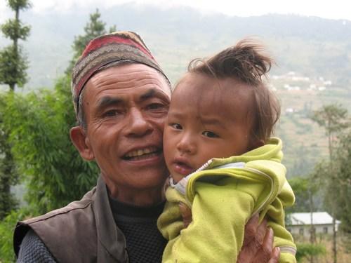 Äldre man med kärt barnbarn, Gharma.