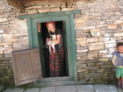 """Hi On Life's guide Christina som nepalesisk """"bondmora"""" i byn Thade."""